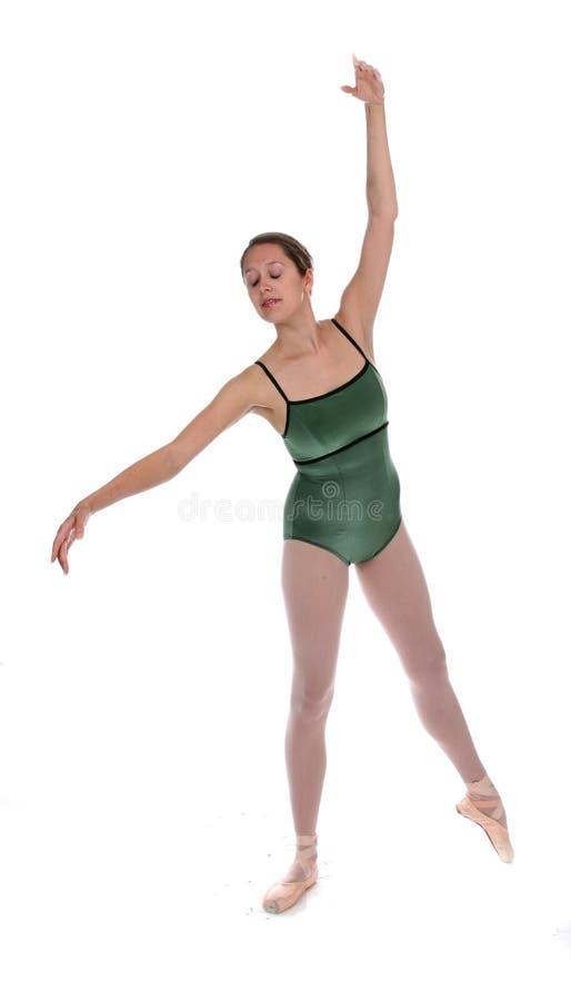 Ballerina im grünen Trikotanzug und in den rosafarbenen Hefterzufuhren stockfoto