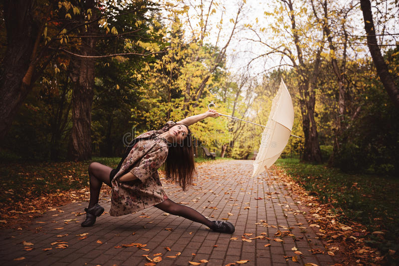 Ballerina im Park lizenzfreie stockfotos