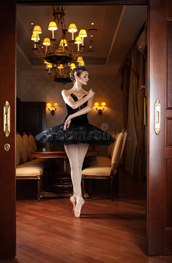Ballerina im schwarzen Ballettröckchen, das auf pointes steht lizenzfreies stockfoto
