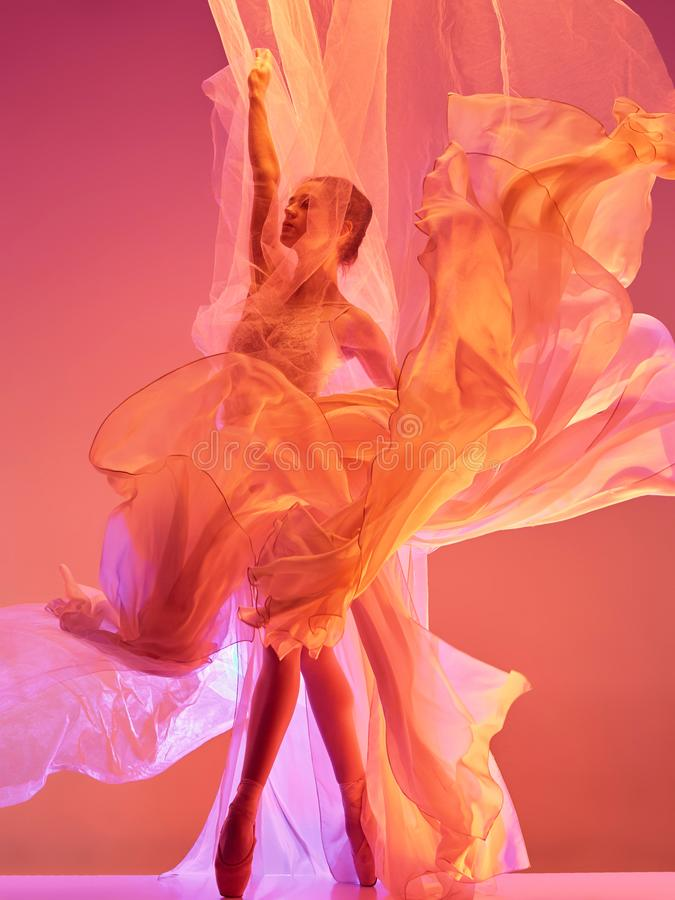 ballerina Junges würdevolles weibliches Balletttänzertanzen über rotem Studio Schönheit des klassischen Balletts lizenzfreies stockfoto