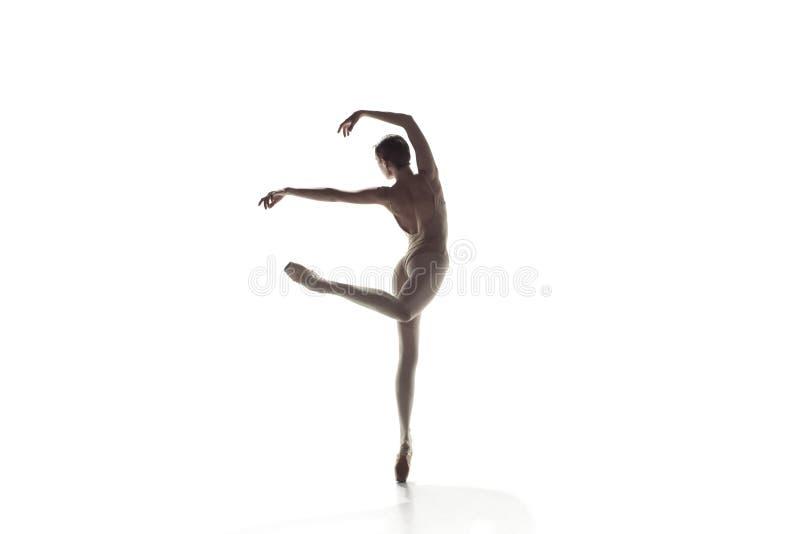 ballerina Junges würdevolles weibliches Balletttänzertanzen lokalisiert auf Weiß Schönheit des klassischen Balletts lizenzfreies stockfoto