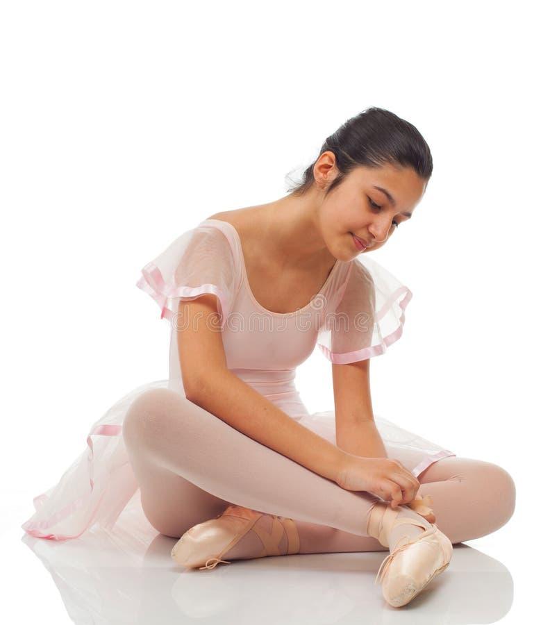 Ballerina, medan binda hans skor för att dansa fotografering för bildbyråer