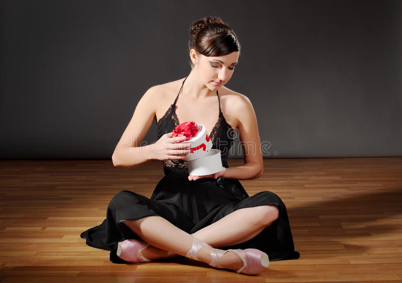 Ballerina mit Geschenk lizenzfreies stockfoto
