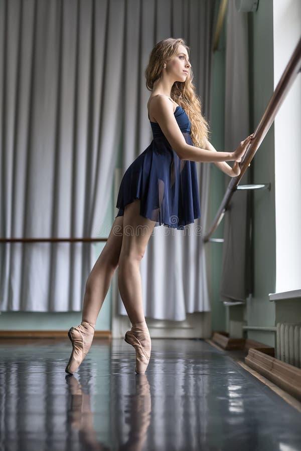 Ballerina nel corridoio di ballo immagine stock