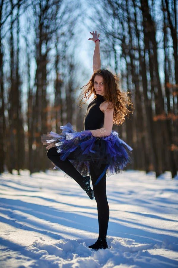 Ballerina nella neve immagini stock