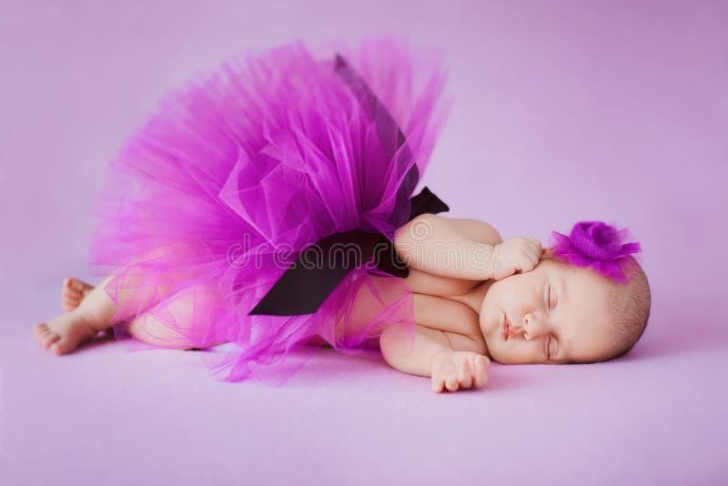 Ballerina neonata che dorme su un fondo rosa fotografia stock libera da diritti