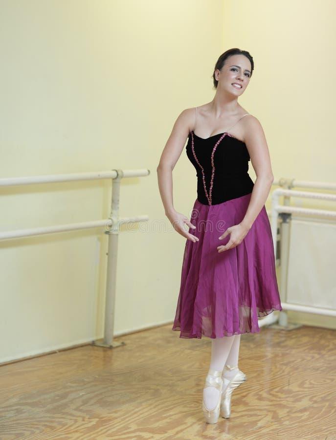 Ballerina op haar tenen stock afbeelding