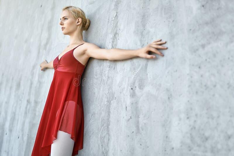 Ballerina på betongväggbakgrund fotografering för bildbyråer