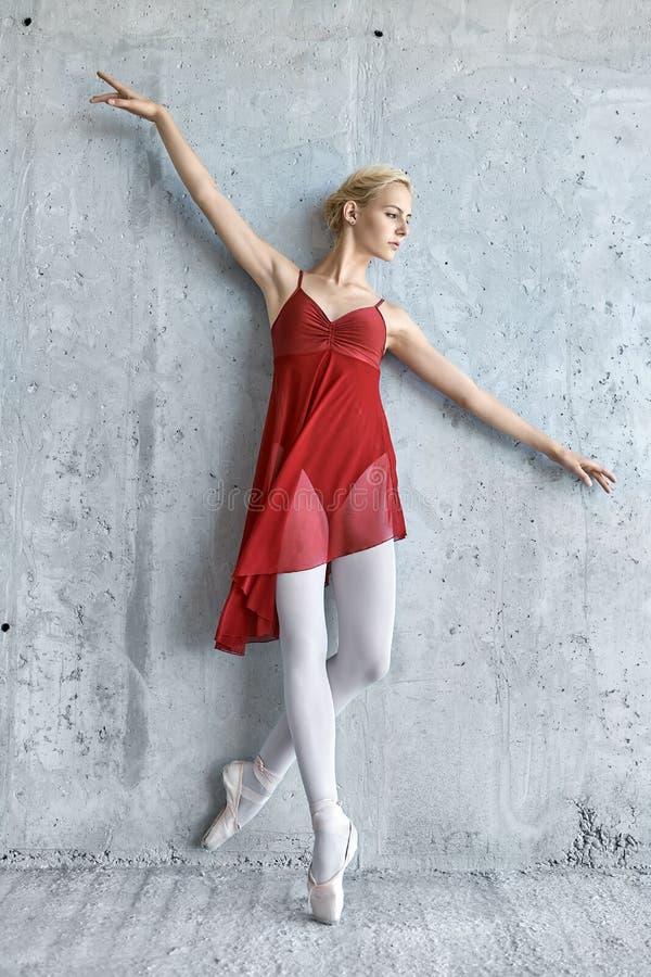 Ballerina på betongväggbakgrund royaltyfria bilder