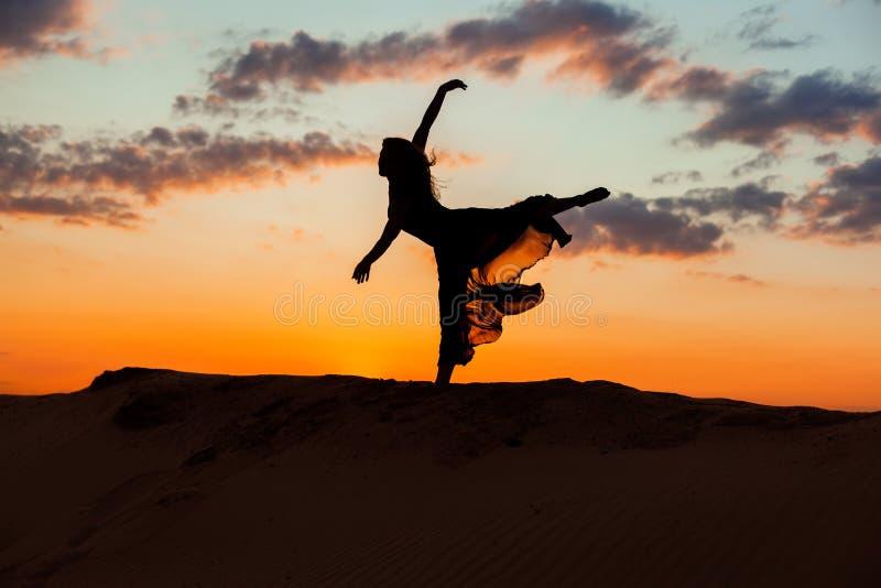 Ballerina på solnedgången arkivfoton