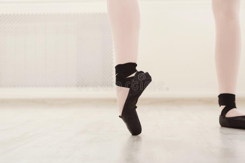 Ballerina in pointeschoenen, bevallige benen, balletachtergrond stock foto's