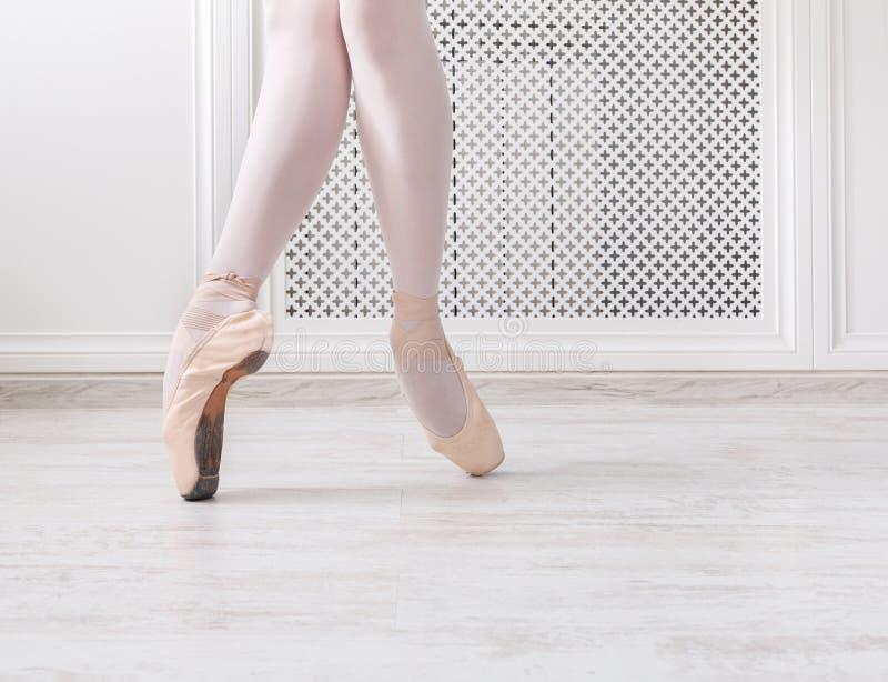 Ballerina in pointeschoenen, bevallige benen, balletachtergrond royalty-vrije stock foto