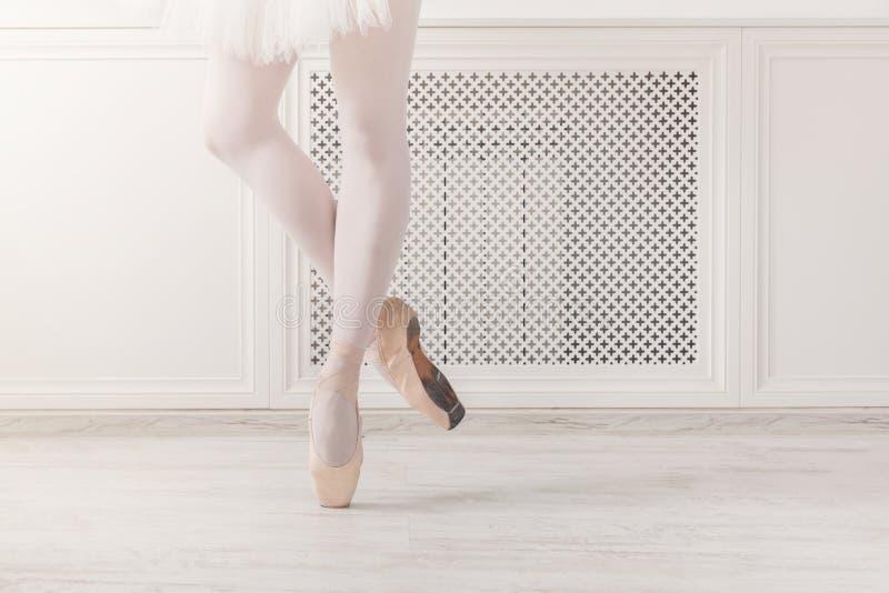 Ballerina in pointeschoenen, bevallige benen, balletachtergrond royalty-vrije stock afbeeldingen