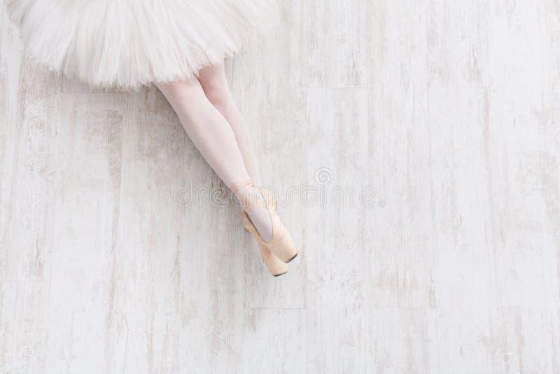 Ballerina in pointeschoenen, bevallige benen, balletachtergrond royalty-vrije stock fotografie
