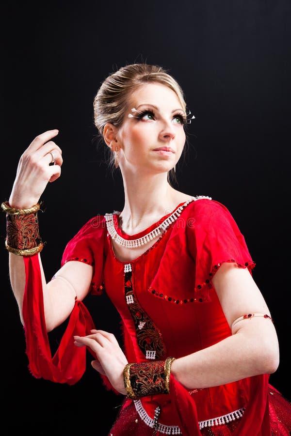 Ballerina in rode tutu op geïsoleerdee zwarte royalty-vrije stock afbeelding