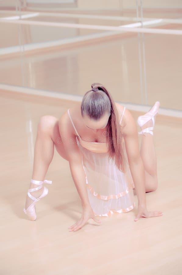 Ballerina in roze kledings ?gainst studio royalty-vrije stock foto's