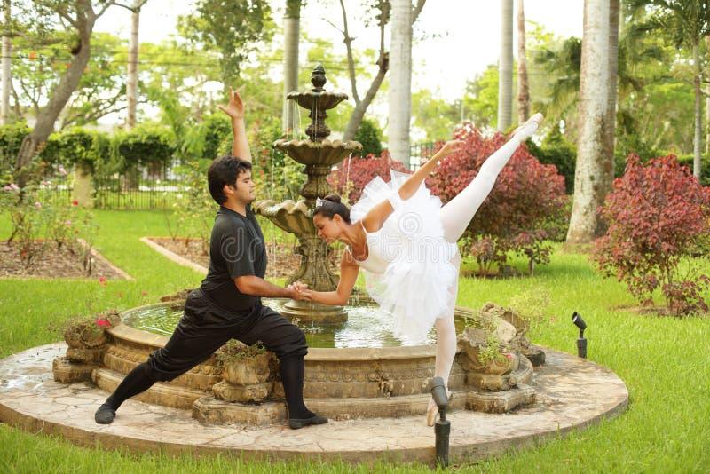 Ballerina's die in een tuin dansen stock foto