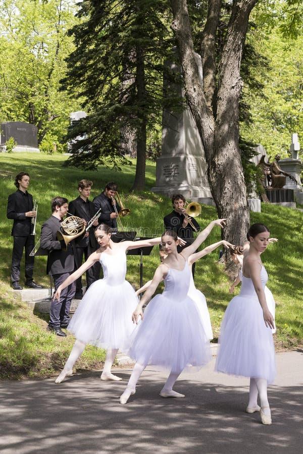 Ballerina's en musici die een openbare uitvoering in Begraafplaats notre-dame-des-Neiges voorstellen stock fotografie