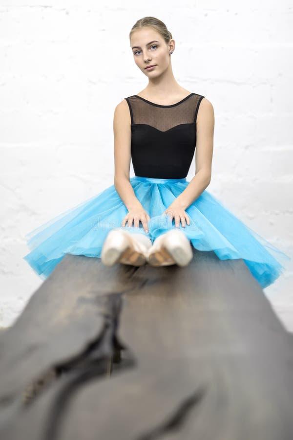 Ballerina sitter på tabellen arkivbild