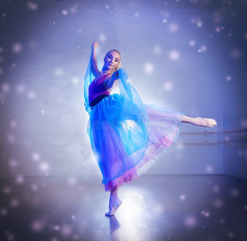 Ballerina in sneeuwvlokken royalty-vrije stock fotografie
