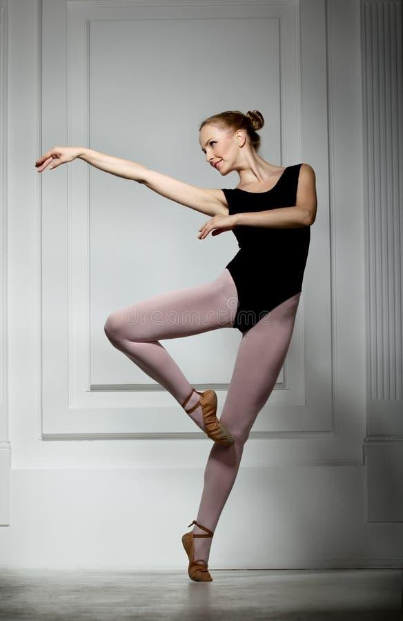 Ballerina snella della ragazza fotografia stock libera da diritti