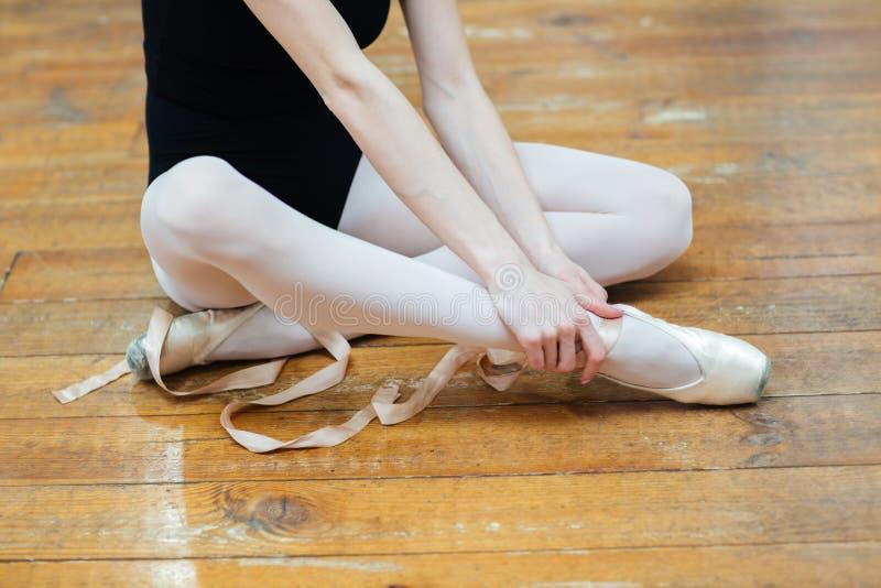 Ballerina som den har, smärtar i ankel royaltyfria foton