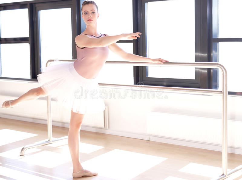 Ballerina som gör Barre Exercises i Sunny Studio arkivbild