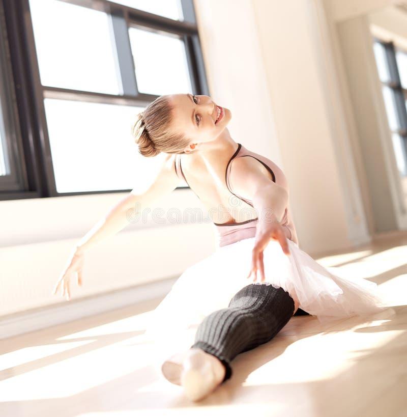Ballerina som gör splittringar i Sunny Studio arkivbild