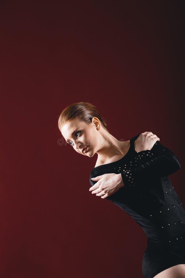 Ballerina som har övningar i studion arkivbilder