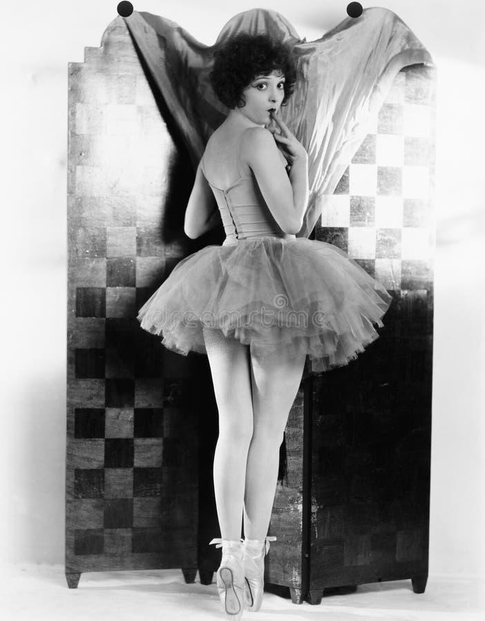 Ballerina som har dräktmissöde (alla visade personer inte är längre uppehälle, och inget gods finns Leverantörgarantier som där arkivbild