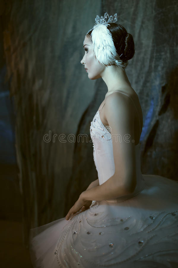 Ballerina som i kulisserna står, innan att gå på etapp royaltyfria foton