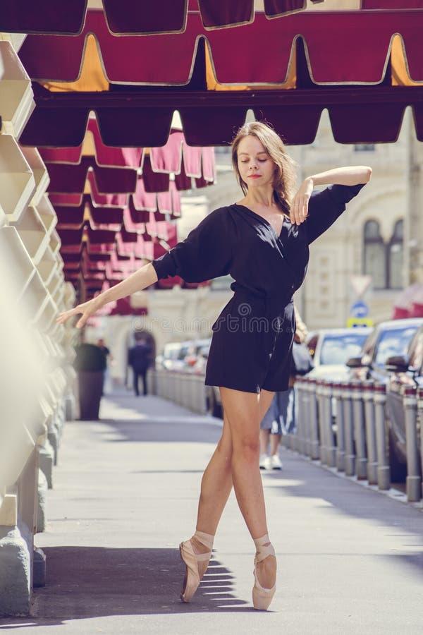Ballerina som poserar i mitten av Moskvastaden royaltyfri foto