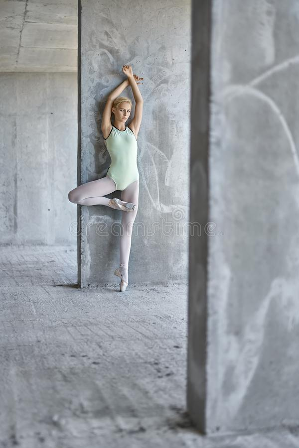 Ballerina som poserar på oavslutad byggnad royaltyfria foton