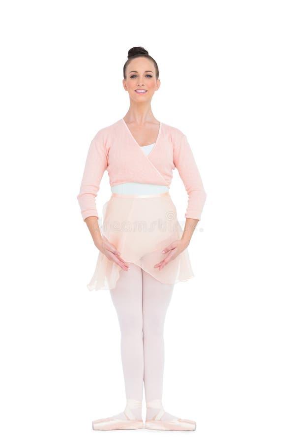 Ballerina splendida allegra che sta in una posa immagine stock libera da diritti