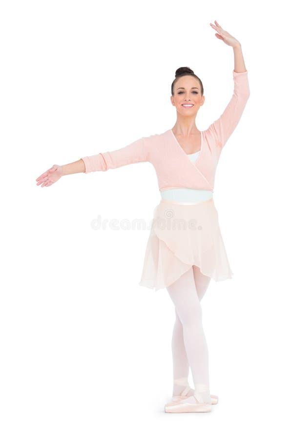 Ballerina splendida felice che sta in una posa fotografie stock libere da diritti