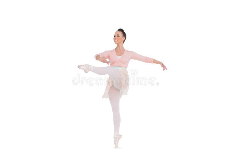 Ballerina splendida sorridente che fila su una gamba immagine stock libera da diritti
