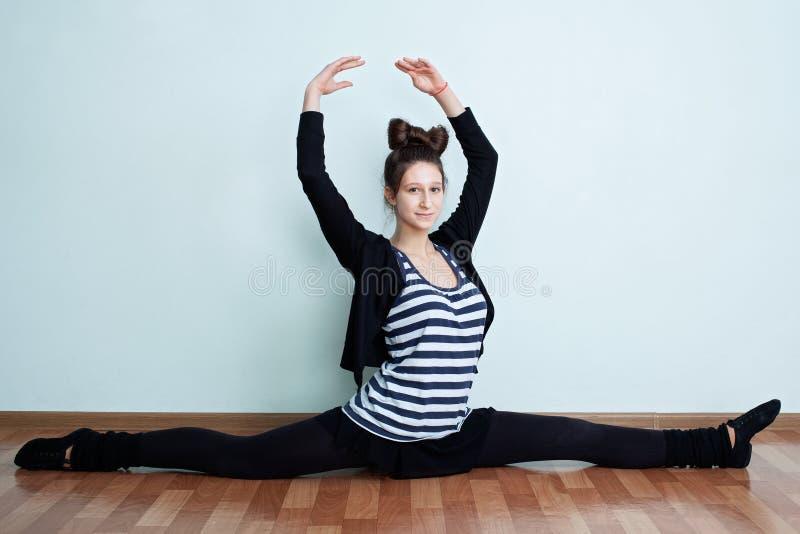 ballerina Stående av en tonårs- flicka med sittin för bow-fnurenfrisyr royaltyfria bilder