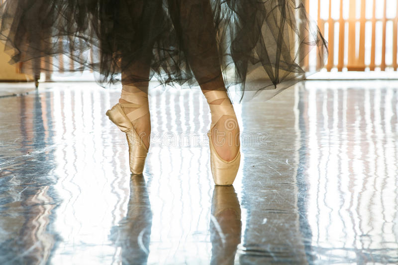 Ballerina sulle dita del piede nei pointes fotografia stock libera da diritti