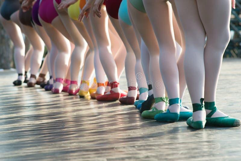 Ballerina'svoeten die op balletschoenen dansen met verscheidene kleuren op s stock afbeelding