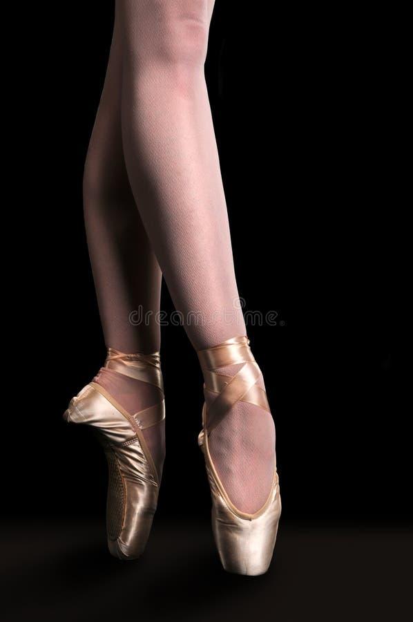 Ballerina-Tanzen in Pointe lizenzfreies stockfoto