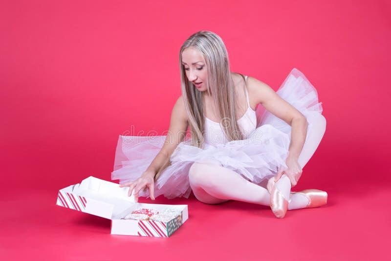 Ballerina in tuturok die voor een doughnut bereiken royalty-vrije stock foto