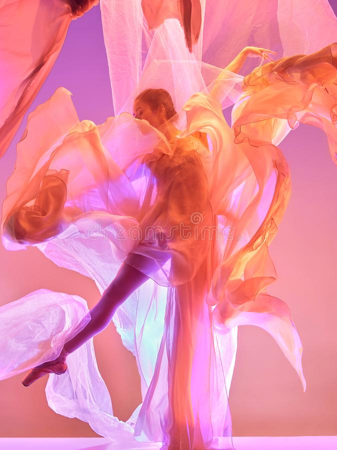 Ballerina Ung behagfull kvinnlig balettdansördans över rosa studio Skönhet av klassisk balett royaltyfri bild