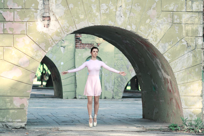 Ballerina utomhus royaltyfri fotografi