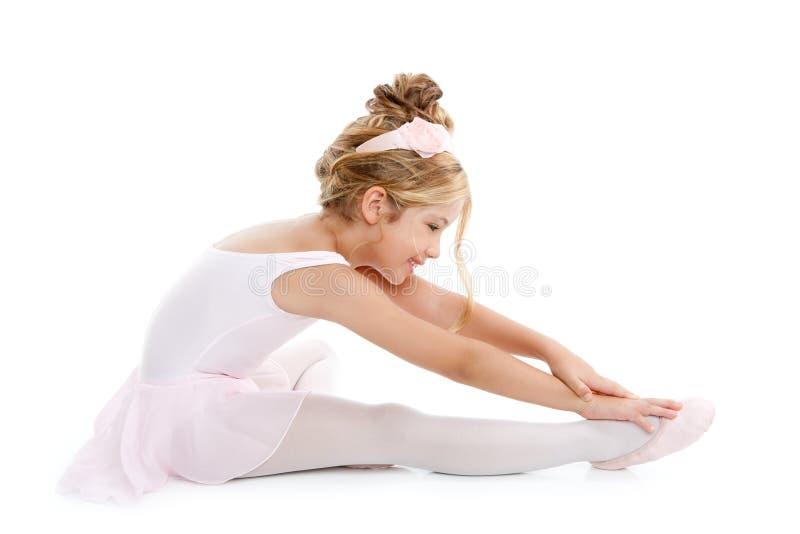 Ballerina weinig balletkinderen het uitrekken zich stock foto