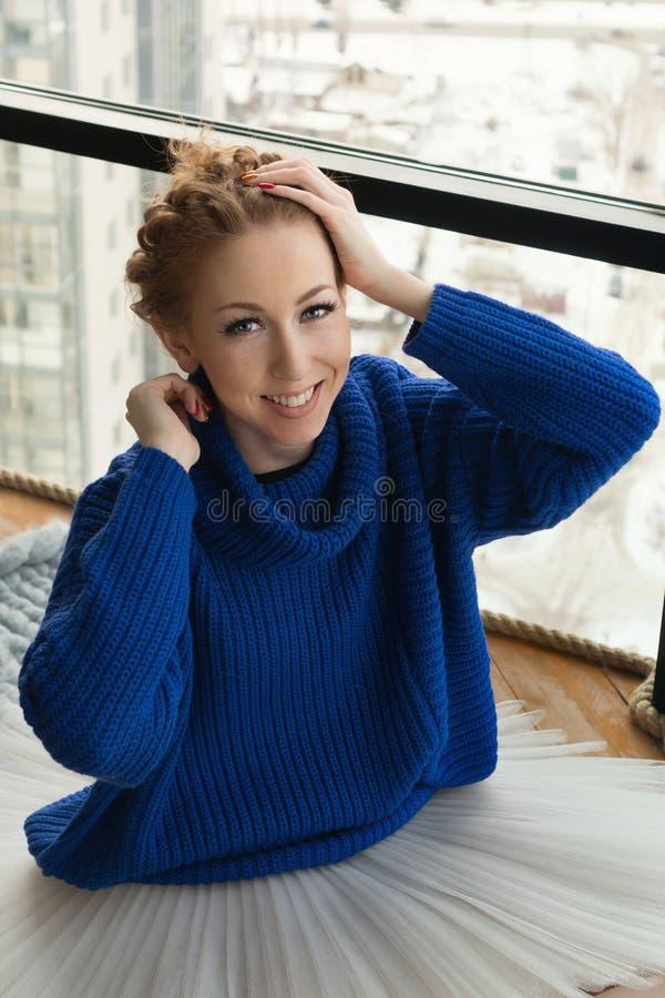 Ballerina in wollen sweater stock afbeeldingen