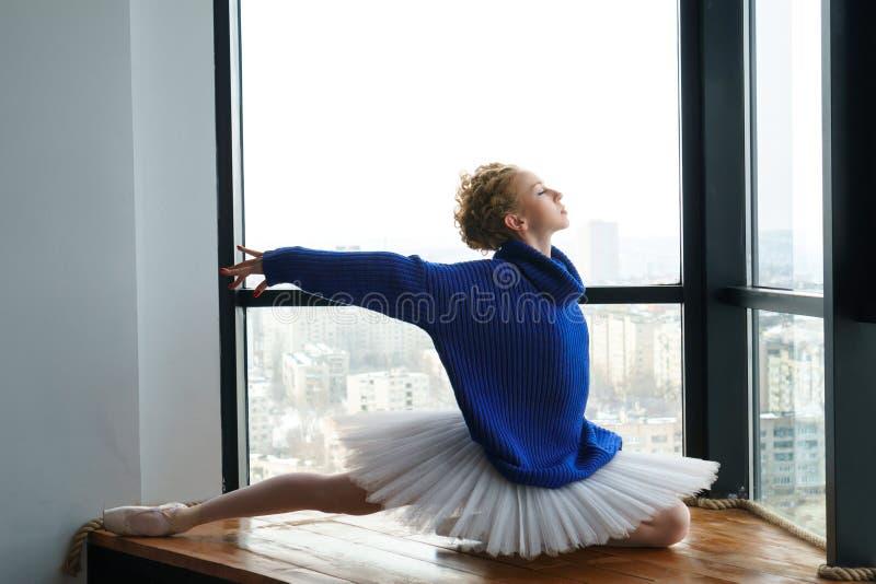 Ballerina in wollen sweater royalty-vrije stock foto