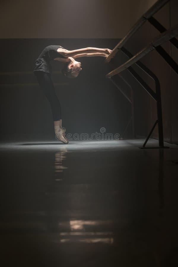 ballerina in zwarte royalty-vrije stock fotografie
