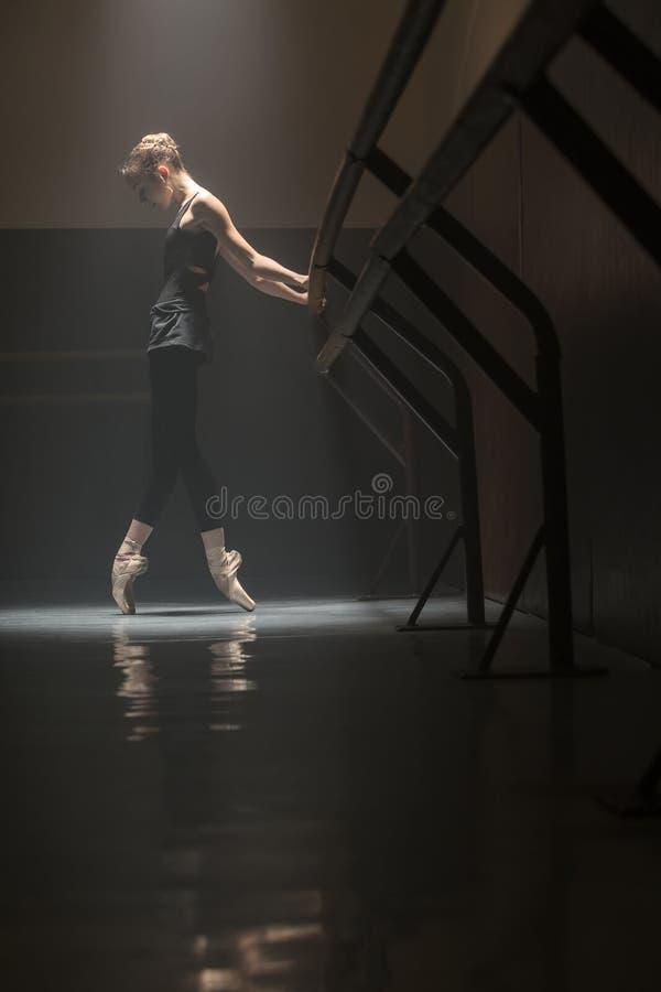 ballerina in zwarte stock afbeelding