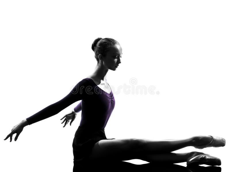 Ballerinabalettdansör för ung kvinna som sträcker värma silho upp fotografering för bildbyråer