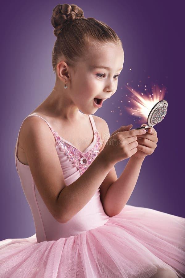 Ballerinabarn som ser i den magiska spegeln arkivbilder